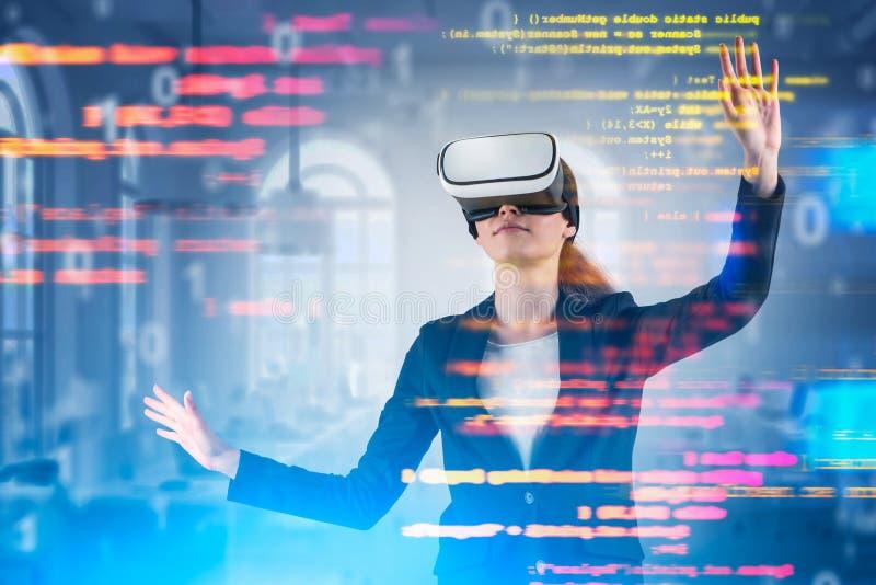 Ung kvinna i VR-h arkivbild