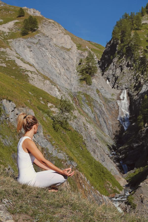 Ung kvinna i yogaasana royaltyfri fotografi