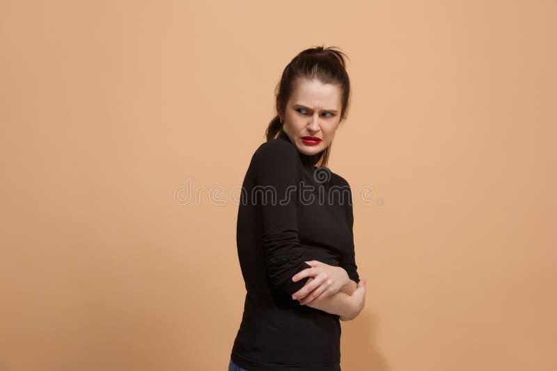 Ung kvinna med äcklat uttryck som avvisar något, på pastellet arkivbilder