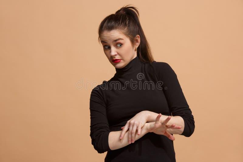Ung kvinna med äcklat uttryck som avvisar något, på pastellet arkivbild