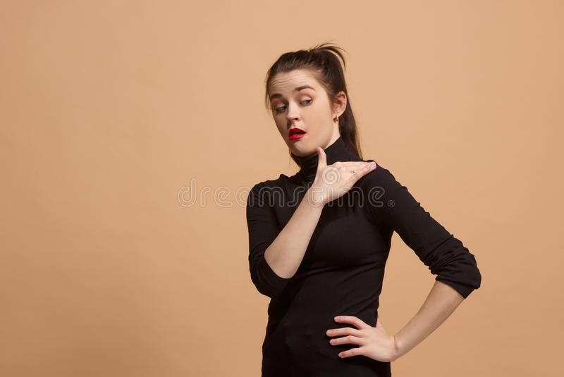 Ung kvinna med äcklat uttryck som avvisar något, på pastellet arkivfoto