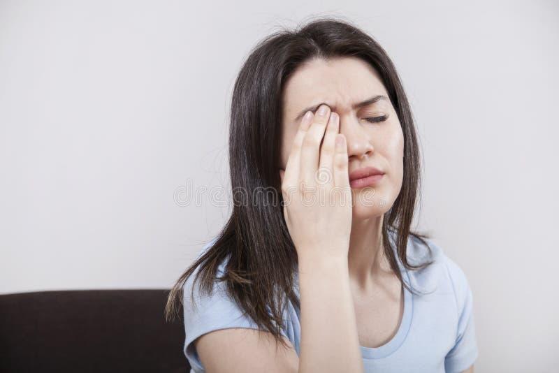 Ung kvinna med ögontrötthet royaltyfri fotografi