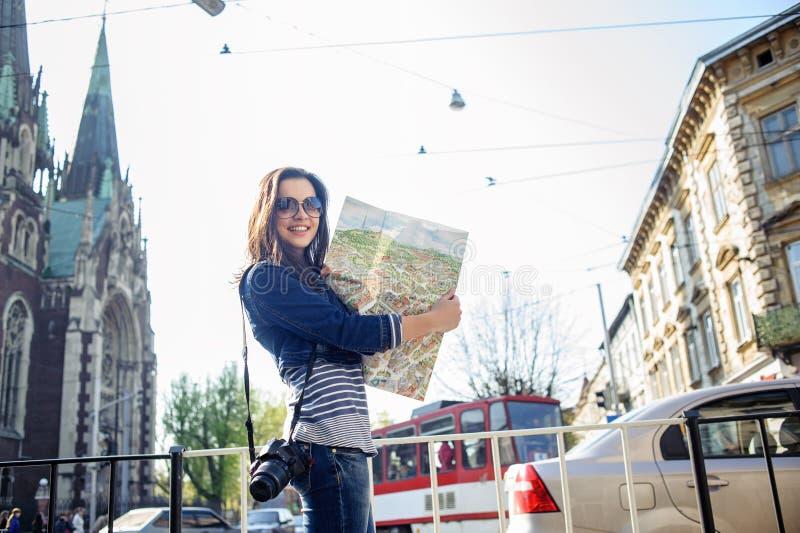 Ung kvinna med översikten i gammalt centrum royaltyfria bilder