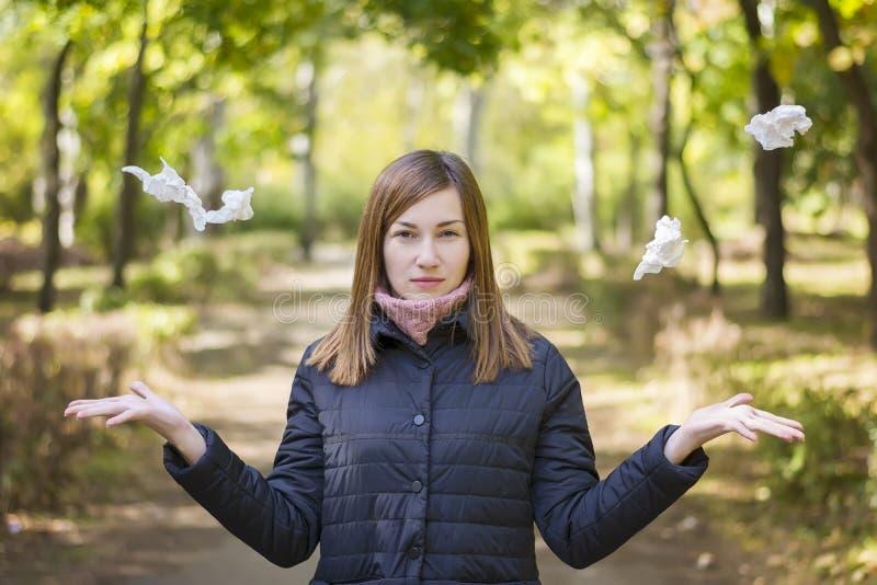 Ung kvinna med allergi utomhus arkivfoton