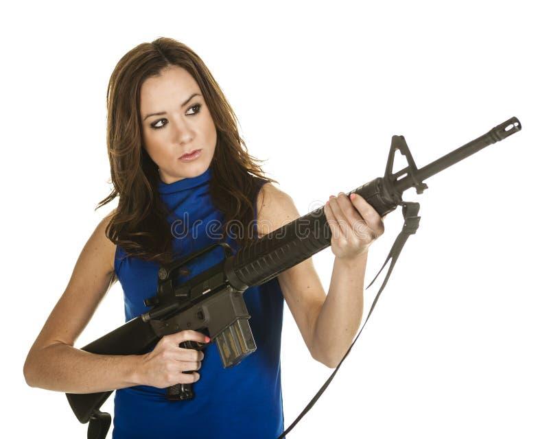 Ung kvinna med anfallgeväret arkivfoto