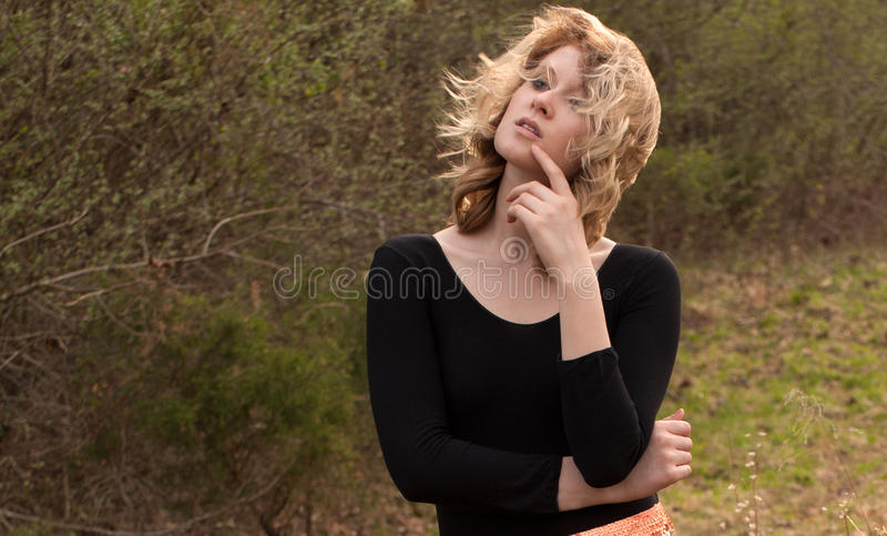 Ung kvinna med att blåsa hår utanför royaltyfri bild