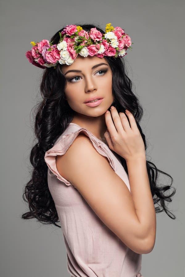 Ung kvinna med att posera för sommarblommor arkivfoton