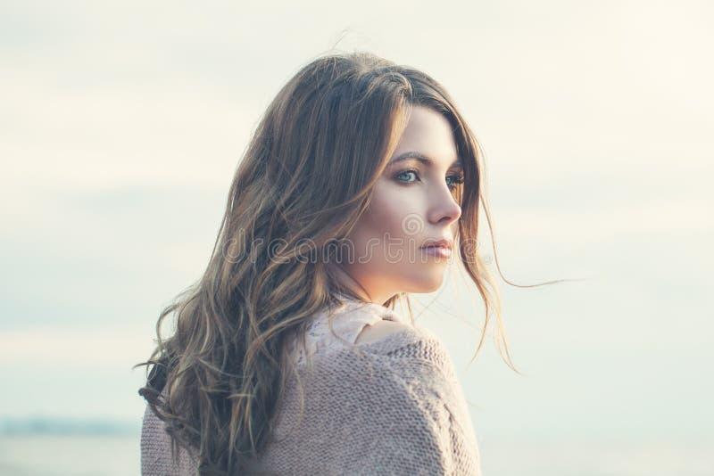 Ung kvinna med brunt drömma för hår royaltyfria foton