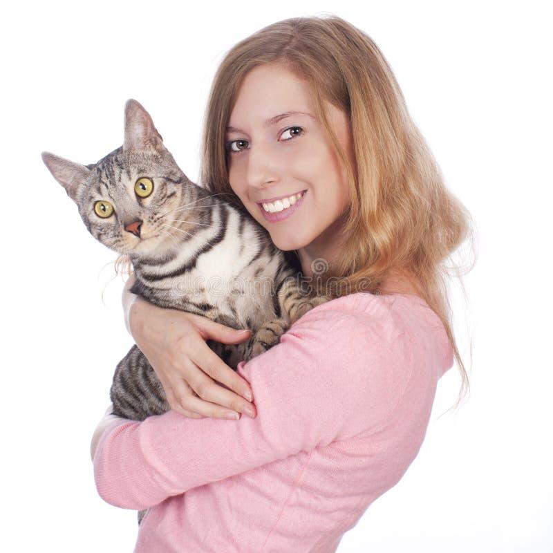 Ung kvinna med den bengal katten royaltyfri bild