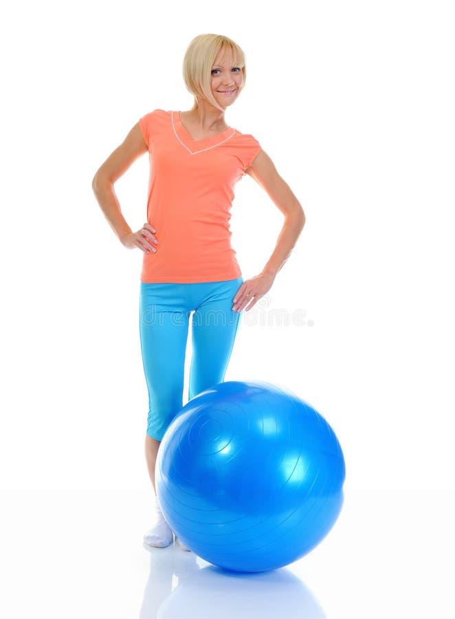Ung kvinna med den blåa bollen royaltyfria bilder