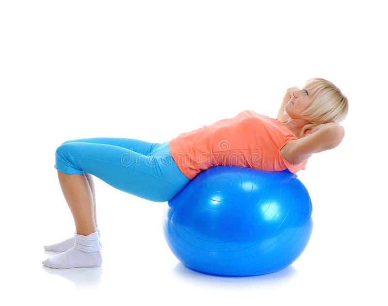 Ung kvinna med den blåa bollen royaltyfri fotografi