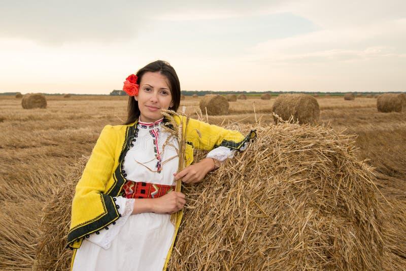 Ung kvinna med den bulgarian nationella dräkten arkivfoton