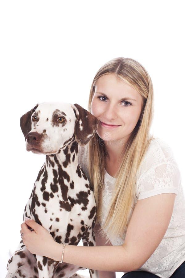 Ung kvinna med den dalmatian hunden royaltyfri fotografi