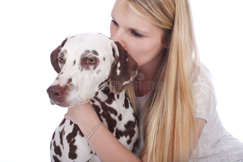 Ung kvinna med den dalmatian hunden royaltyfri bild