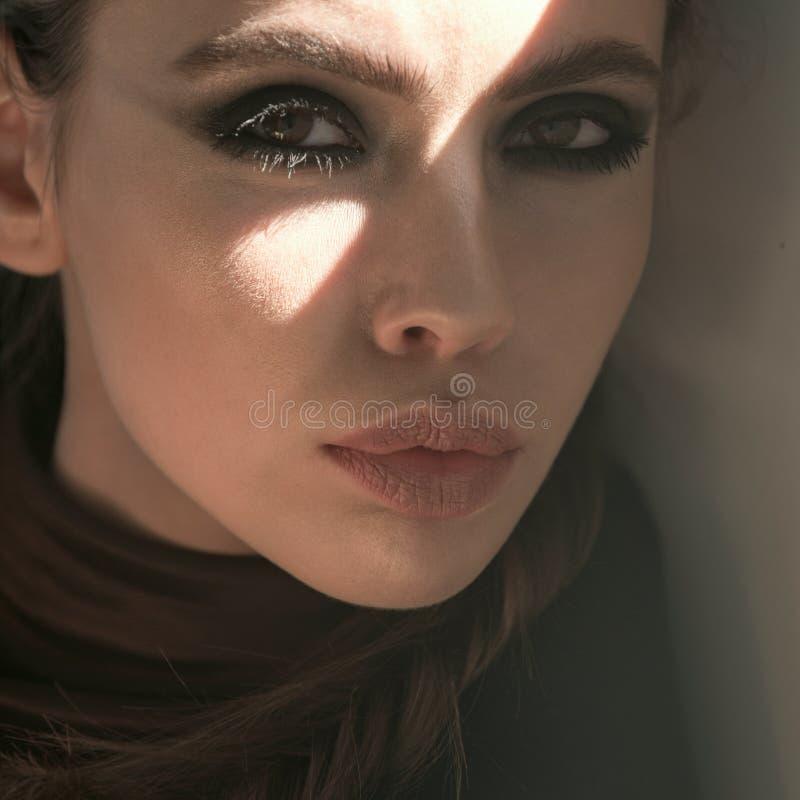 Ung kvinna med den förtjusande framsidan, skönhet royaltyfri fotografi