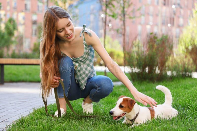 Ung kvinna med den förtjusande Jack Russell Terrier hunden arkivbild