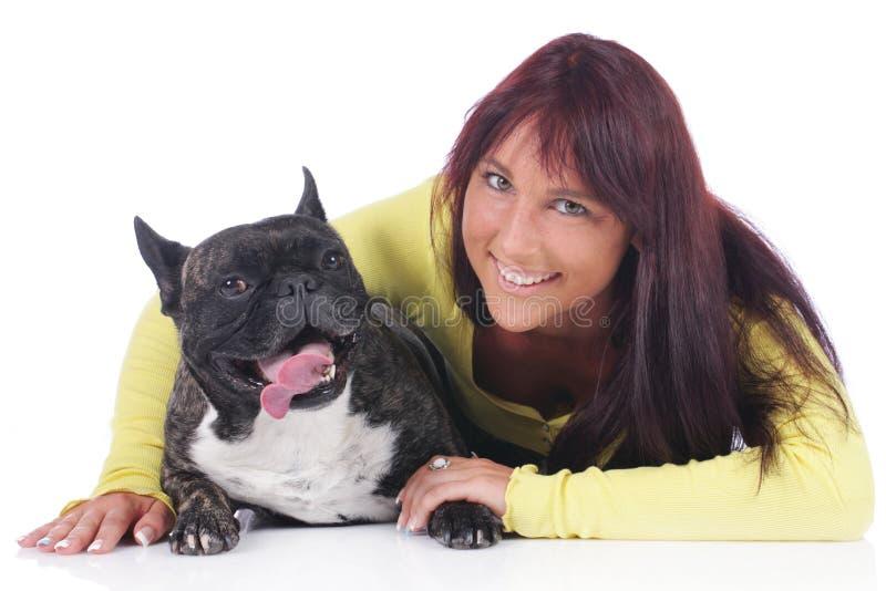 Ung kvinna med den franska bulldoggen arkivbild