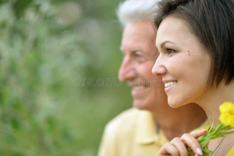 Ung kvinna med den höga mannen fotografering för bildbyråer