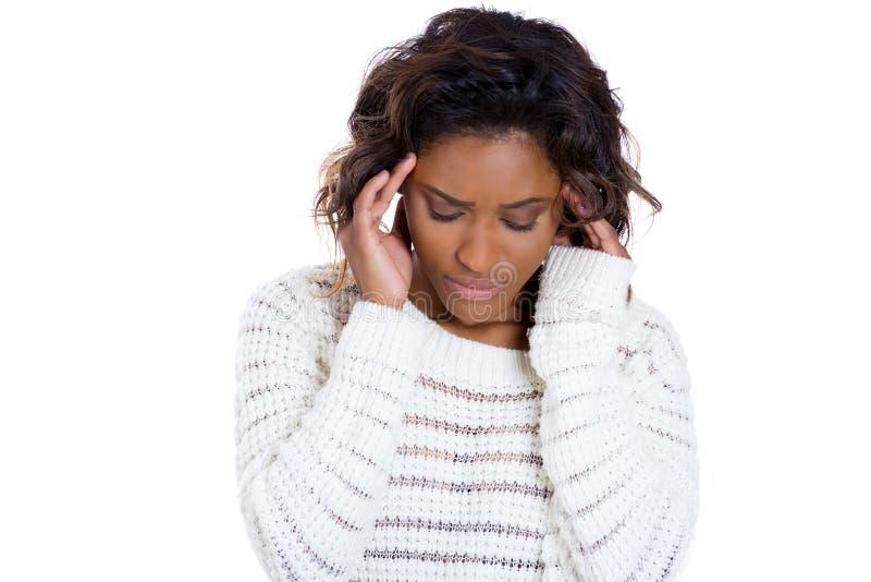 Ung kvinna med den head knipet som djupt tänker något och oroat arkivfoto