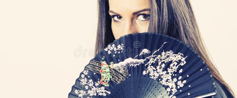 Ung kvinna med den japanska fanen royaltyfri fotografi
