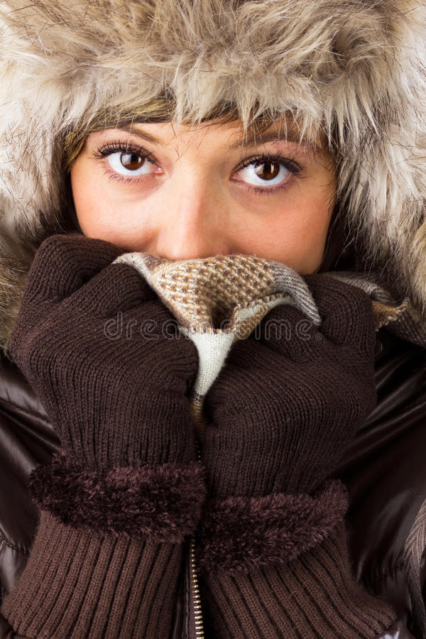 Ung kvinna med den pälshatten, handskar och scarfen arkivfoton