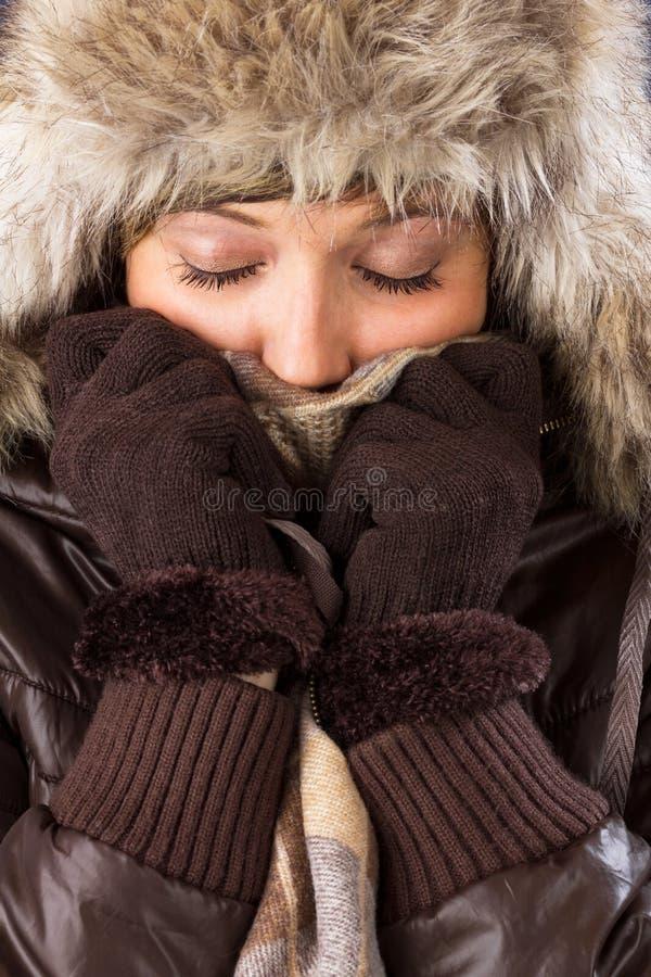 Ung kvinna med den pälshatten, scarfen och handskar royaltyfria bilder