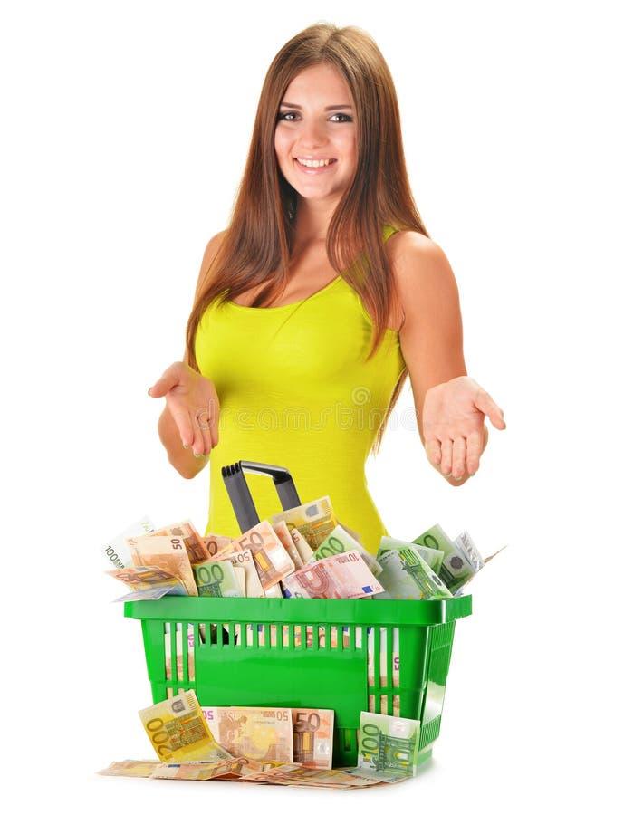 Ung kvinna med den plast- shoppingpåsen mycket av pappers- pengar arkivfoton