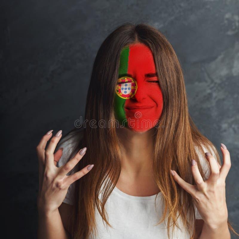 Ung kvinna med den Portugal flaggan som målas på hennes framsida royaltyfri fotografi