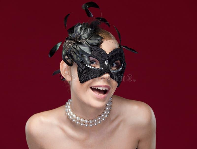 Download Ung Kvinna Med Den Svarta Maskeradmaskeringen Med Fjädrar Arkivfoto - Bild av ljuvt, fröjd: 37345376