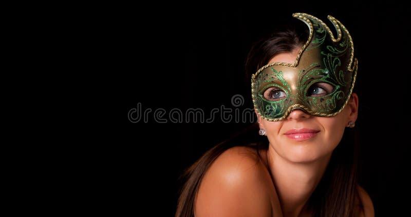 Ung kvinna med den venetian maskeringen royaltyfri bild