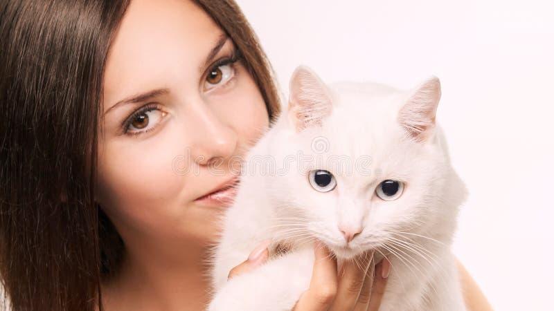 Ung kvinna med den vita katten Lyckligt flickaallergidjur Veterin?r- begrepp royaltyfri bild
