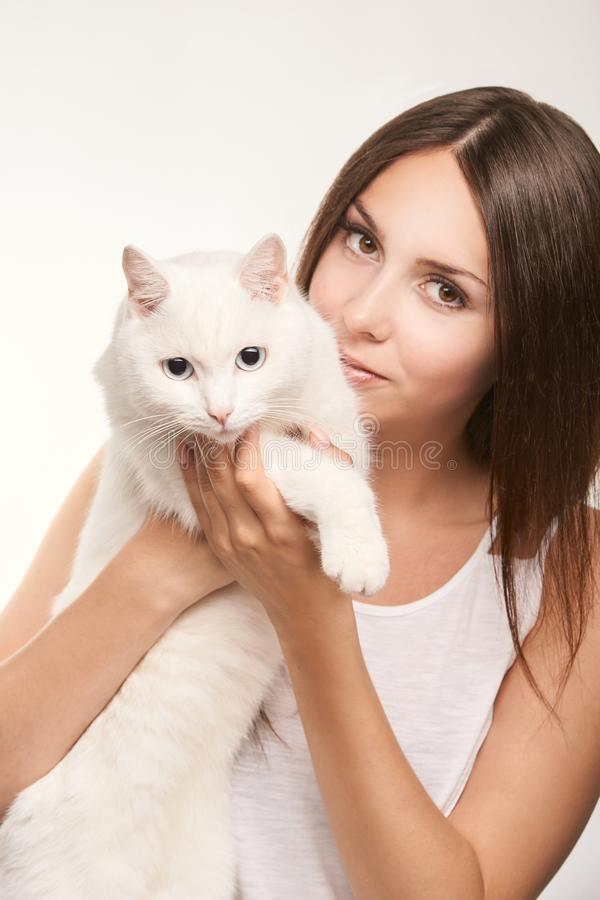 Ung kvinna med den vita katten Lyckligt flickaallergidjur Veterin?r- begrepp arkivbilder
