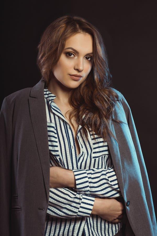 Ung kvinna med det bärande omslaget för frodigt brunetthår arkivbilder