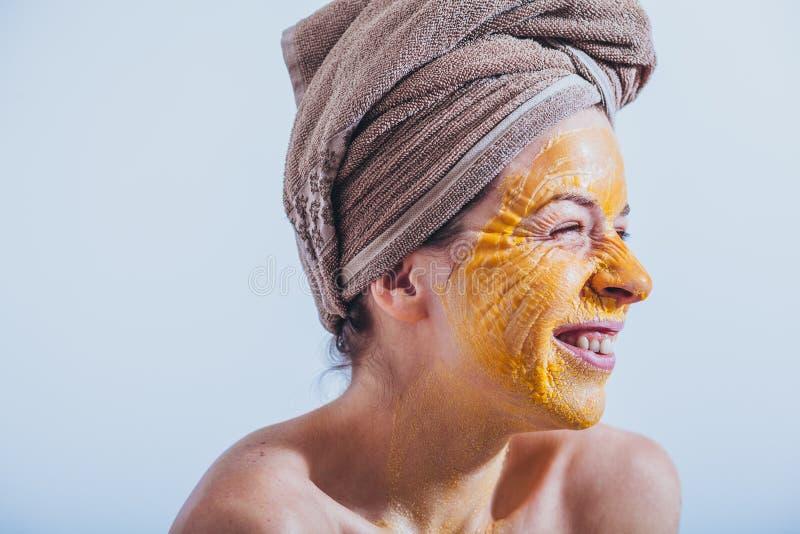Ung kvinna med en äggmaskering royaltyfri bild