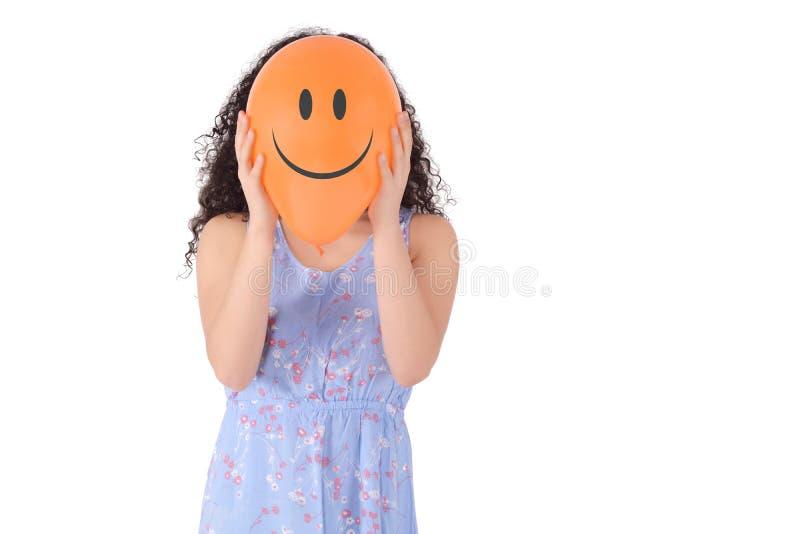Ung kvinna med en ballong på hans huvud royaltyfria bilder