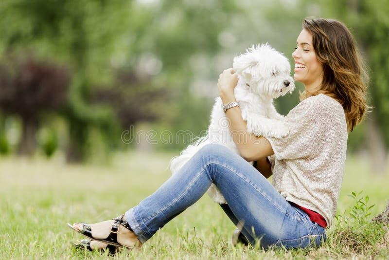 Ung kvinna med en hund royaltyfria bilder