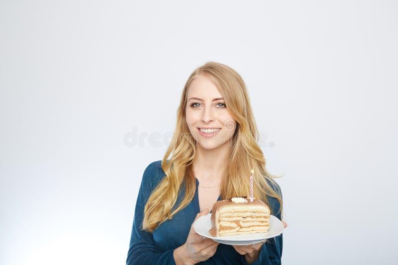 Ung kvinna med en kaka royaltyfria bilder