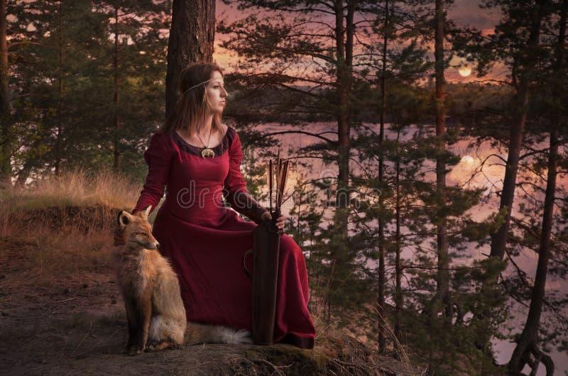 Ung kvinna med en räv arkivfoton