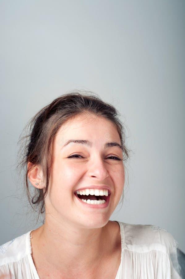 Ung kvinna med ett härligt leende royaltyfria bilder