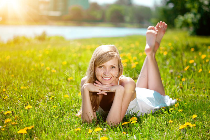 Ung kvinna med ett härligt leende med sunda tänder med flowe royaltyfria bilder