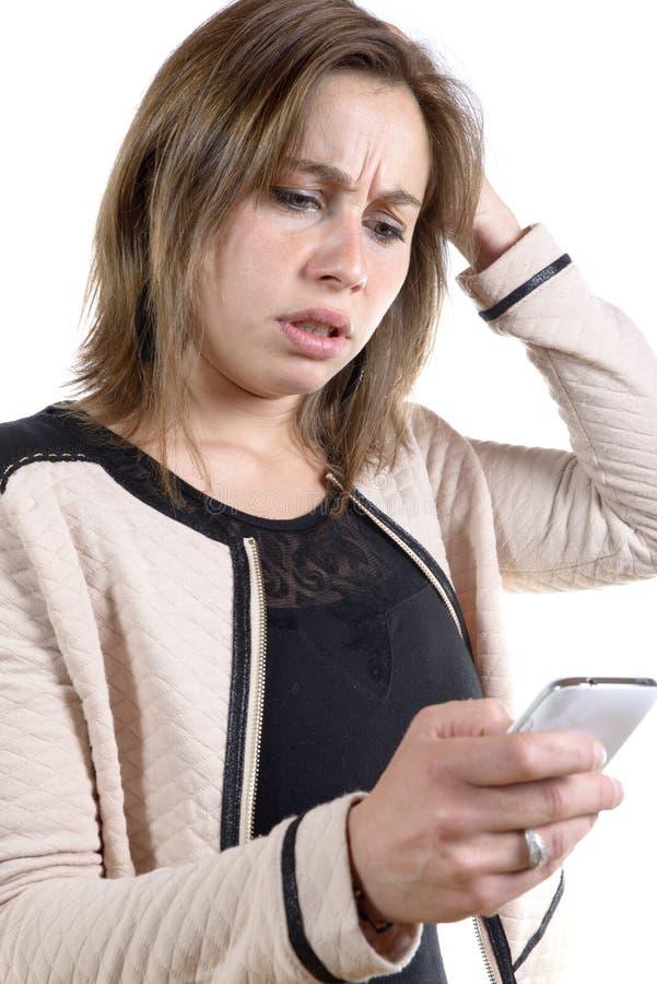 Ung kvinna med ett problem på telefonen royaltyfria bilder
