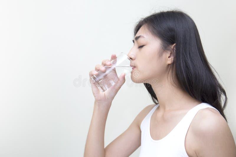 Ung kvinna med exponeringsglas av sötvatten arkivfoton