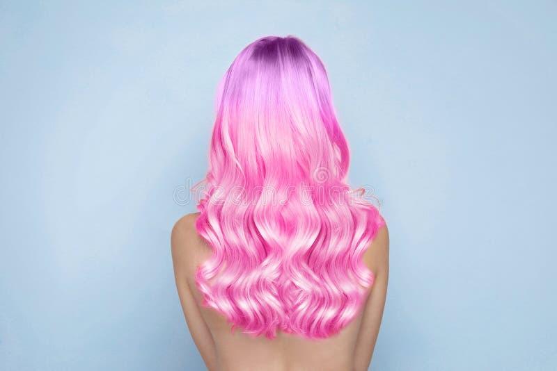 Ung kvinna med färgat långt lockigt hår arkivfoton
