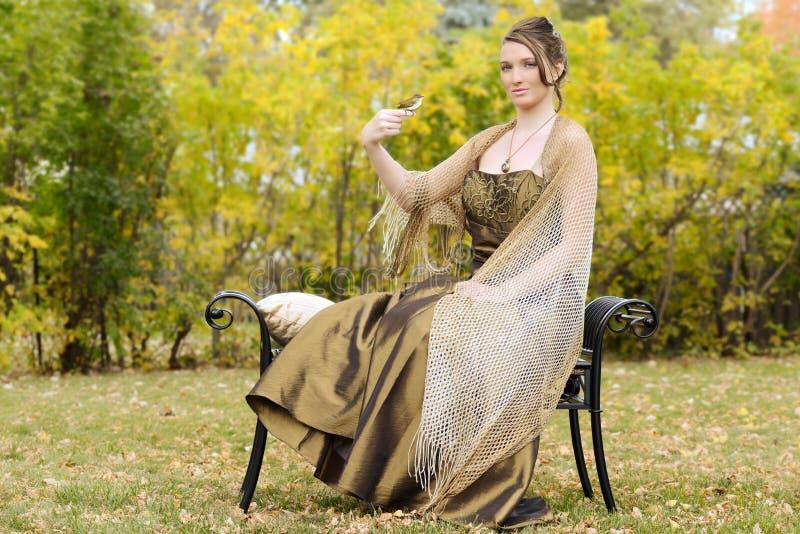 Ung kvinna med fågeln på henne finger royaltyfri bild