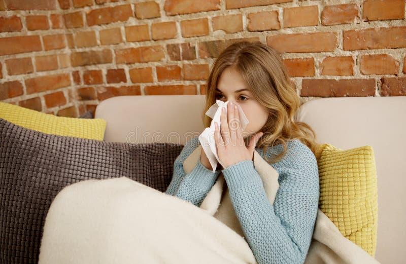 Ung kvinna med förkylning, rökkanal fotografering för bildbyråer