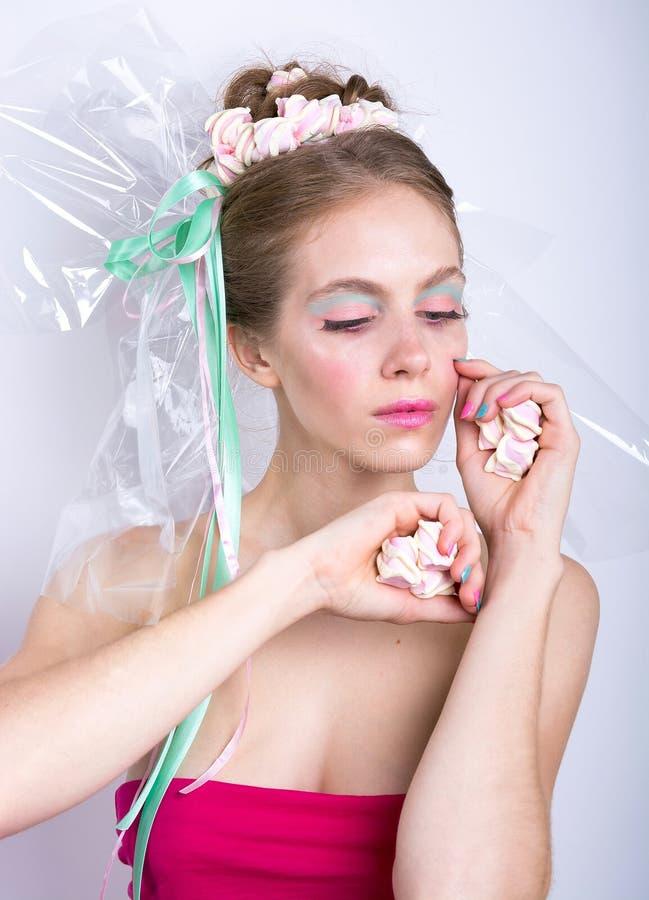 Ung kvinna med fantasi för skönhet för marshmallowmakeupstil royaltyfri foto