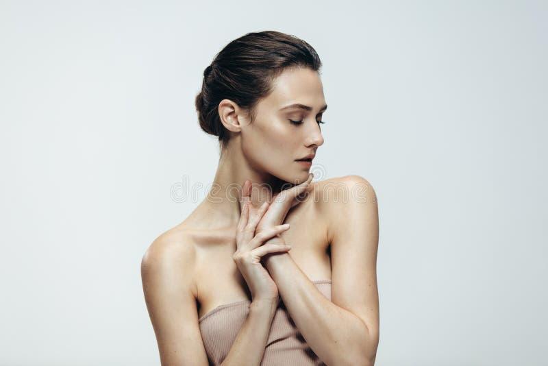 Ung kvinna med glödande hud arkivbilder