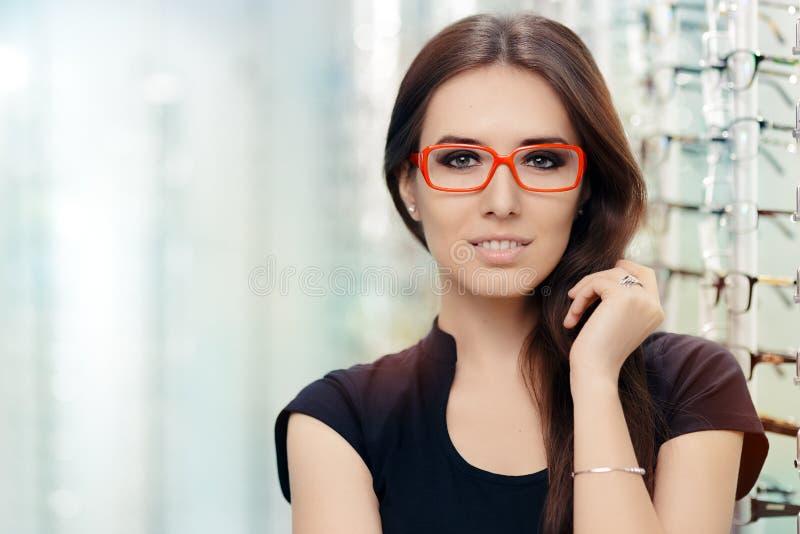 Ung kvinna med glasögon i optiskt lager royaltyfria bilder