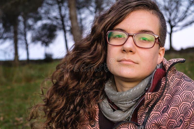 Ung kvinna med glasögon som tittar på kameran royaltyfria foton