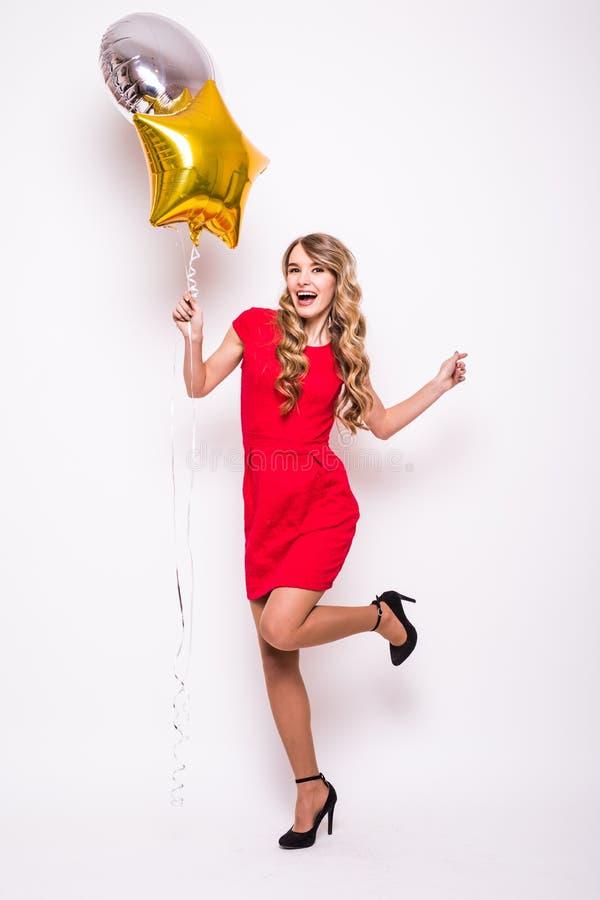 Ung kvinna med guld- och silverballongen royaltyfri foto